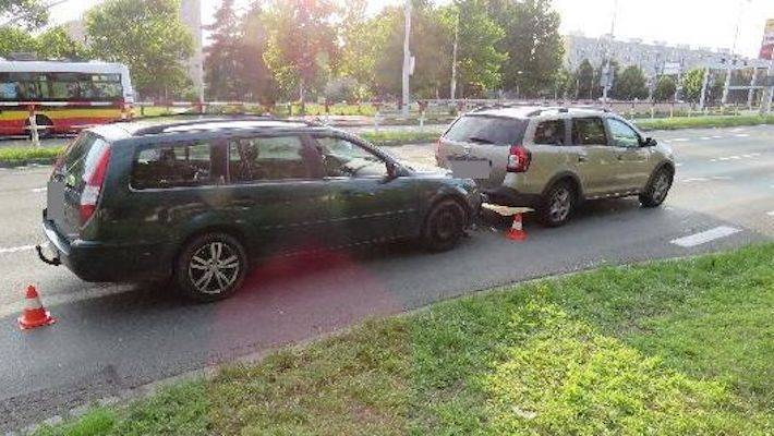 Zřejmě zdrogovaný a bez řidičáku s cizím autem naboural do jiného vozidla. Před policisty z místa nehody utekl