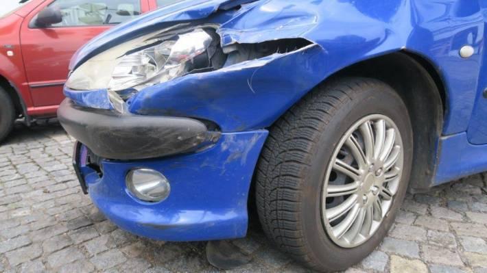Naboural osobák a z místa nehody odjel