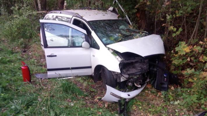 Auto vyjelo ze silnice a narazilo do stromu. Pomohli hasiči spolu s horskou službou