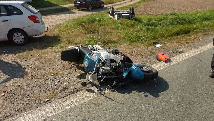 Střet motocyklu s osobním vozidlem s přívěsem